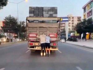 Patenli gençler hayatlarını tehlikeye atıp kamyonun arkasında ilerlediler