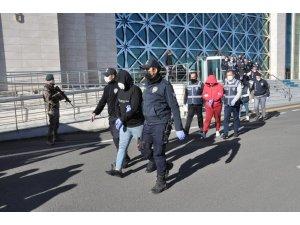 Vatandaşların 1 yılda 14 milyon lirasını dolandıran çete çökertildi