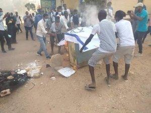 Sudan'daki gösterilerde İsrail bayrağı ateşe verildi