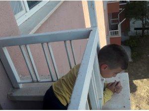 Kafası balkon korkuluklarına sıkışan çocuğu itfaiye kurtardı
