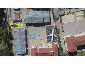 Bir Boeing 737-400 ve F4 Fantom savaş uçağı olan okul şimdi helikopter bekliyor