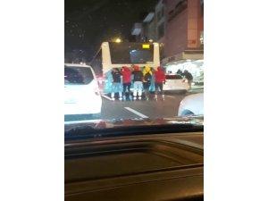 İstanbul'da patenli ve motosikletli gençlerin tehlikeli yolculukları kamerada