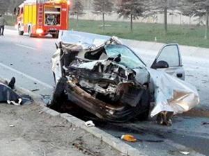 Isparta'da otomobil tırla çarpıştı: 3 ölü
