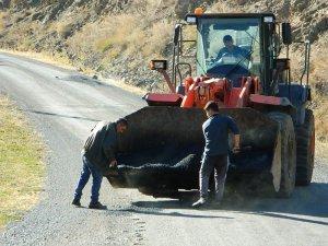 Kar yağmadan Posof'ta köy yolları onarılıyor