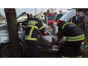 Otomobil ağaca çarptı, yaralı araçta sıkıştı