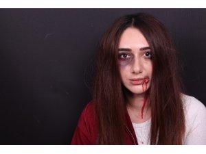 Yaptıkları makyaj ile şiddet gören kadınların seslerini duyurmaya çalışıyorlar