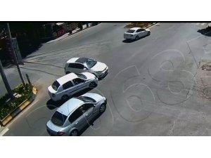 Otomobillerin çarpıştığı kaza kamerada