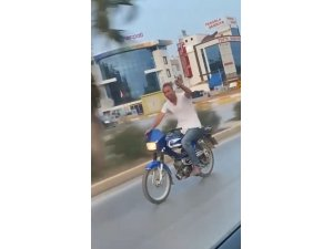 Alkol dolu bardakla motosiklet sürdü, kendisini çekenlere 'şerefe' dedi