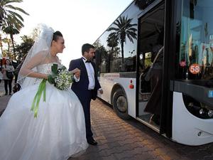 Düğünlerine belediye otobüsüyle gittiler