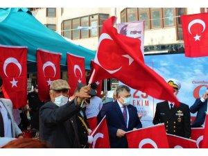 Kocaeli dağıtılan 97 bin Türk bayrağı ile sokaklar kırmızı beyaza büründü