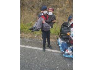 Engelli aracının lastiği patladı, yardımına jandarma koştu
