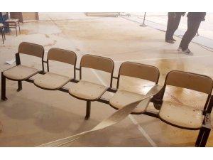 Zihinsel engelli genç, kapalı spor salonunu savaş alanına çevirdi