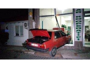 Alkollü sürücü işyerine daldı