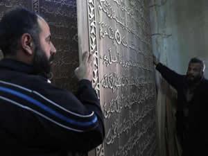 Dünyanın en büyük Kur'an-ı Kerim'ini yazıyor