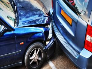 Kontrolden çıkan otomobil 4 araca çarptı