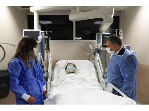 Sağlık Bakanı Koca, depremin simgesi İnci'yi ziyaret etti