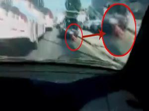 Polis aracından kadın cesedi sarktı!