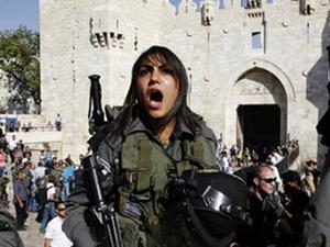 İsrailli kadın askerler Mescid-i Aksa'da