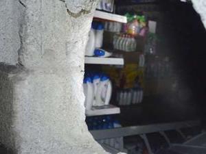 Hırsızlar marketi soyup ateşe verdi