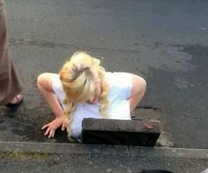 Genç kız sokaktaki kanalizasyon çukuruna sıkıştı