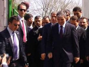 Gül, cuma namazını Yeniköy'de kıldı