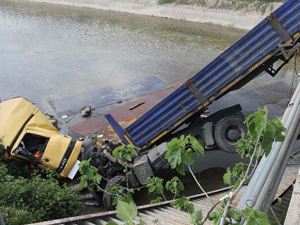 Bozuk trafik lambaları kanala uçurdu
