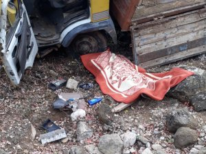 Kamyonet şarampole yuvarlandı: 1 ölü, 1 yaralı