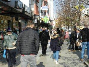 Kosova'da halk korona virüse aldırış etmeden sokakları doldurdu