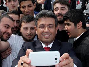 Mazbatasını alan Başkan'dan selfie