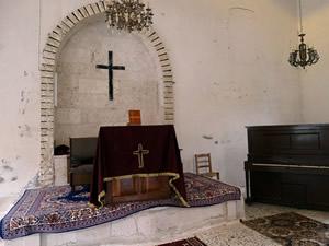 Muhalifler kiliselerin halılarına bile dokunmadı