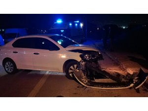 Otomobil ile çarpışan hafif ticari araç tarlaya uçtu: 1 yaralı