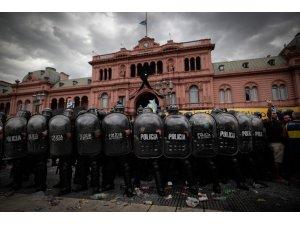 Maradona'nın hayranlarıyla polis arasında arbede