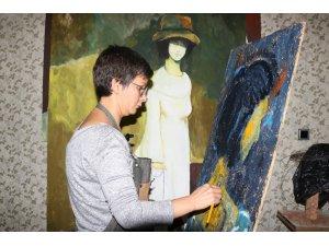 Bir elinde şırınga bir elinde fırçayla hem hastaları iyileştiriyor hem de sanatını yapıyor