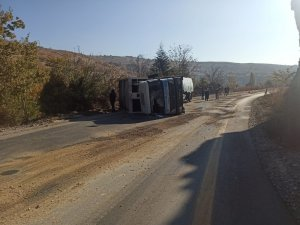 Yola dökülen yağ, çöp kamyonunu devirdi: 1 yaralı