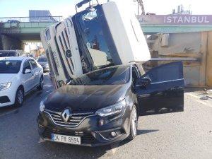 Okmeydanı'nda hafriyat kamyonu otomobilin üzerine devrildi
