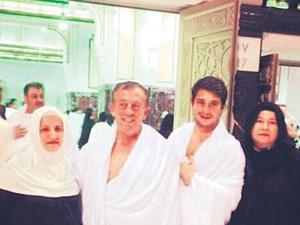 Ali Ağaoğlu ailece Umre'ye gitti