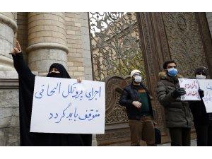İran'da Dışişleri Bakanlığı önünde Mahabadi suikastı protestosu