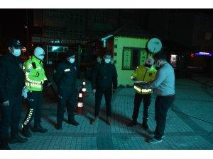 Sarıkamış'ta covid-19 tedbirleri kapsamında sessizlik hakim oldu, polislere tatlı ikram edildi