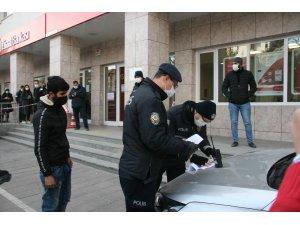 Otobüs durağında maskesini indirip sigara içen genci polis affetmedi