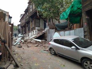 Fatih'te metruk binanın yan cephesi çöktü