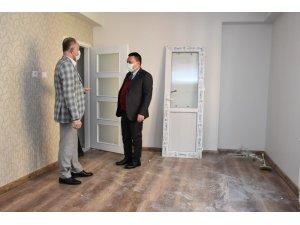 Başkan Beyoğlu, küle dönen evi kendi imkanlarıyla yenileyerek mağdur aileye teslim etti
