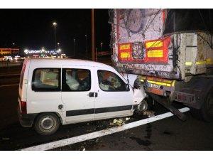 TEM'de hafif ticari araç tıra arkadan çarptı: 3 yaralı