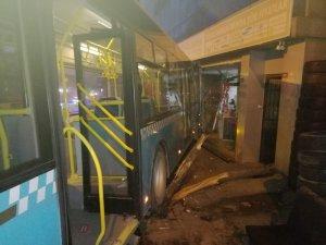 Ümraniye'de freni boşalan özel halk otobüsü iş yerine girdi
