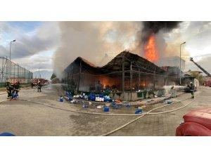 Yanan deterjan fabrikasındaki patlamalar 2 saat sürdü