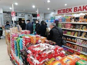 Sokağa çıkma kısıtlaması öncesi marketlerde yoğunluk yaşandı