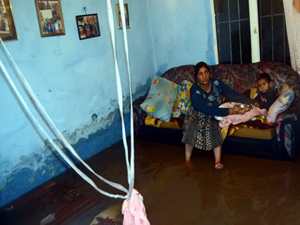 İzmir'de sağanak yağış su baskınlarına neden oldu