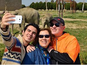 """Yavru fil İzmir de """"selfie""""li oldu"""