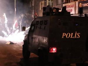 Polisten göstericiye: Gerizekalı nereye atıyorsun?