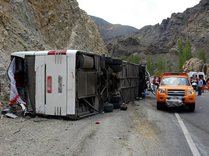 Isparta-Antalya karayolunda yolcu otobüsü devrildi