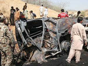 Pakistan'da yolcu otobüsü kamyonla çarpıştı